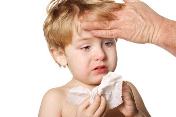 симптоми менінгіту, малюк плаче, у дитини перевіряють температуру